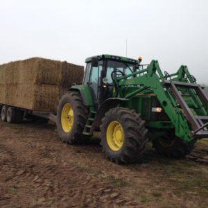 Halmtransport med traktor