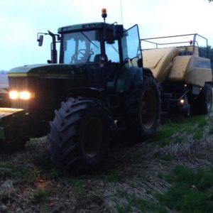 Ballepresning med traktor