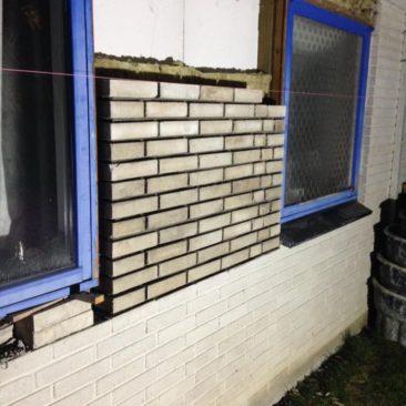 Billede af arbejde med skalmuren på 70er huset