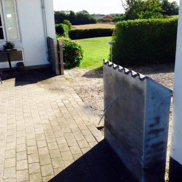 Bagside af murpiller til port i indkørsel