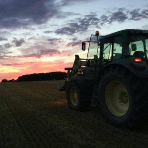 Høsten 2016 traktor ved solnedgang